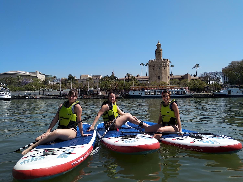 Amigas en tablas de SUP en el Guadalquivir