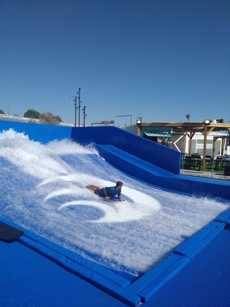 Miembro de Paddle Surf Sevilla surfeando