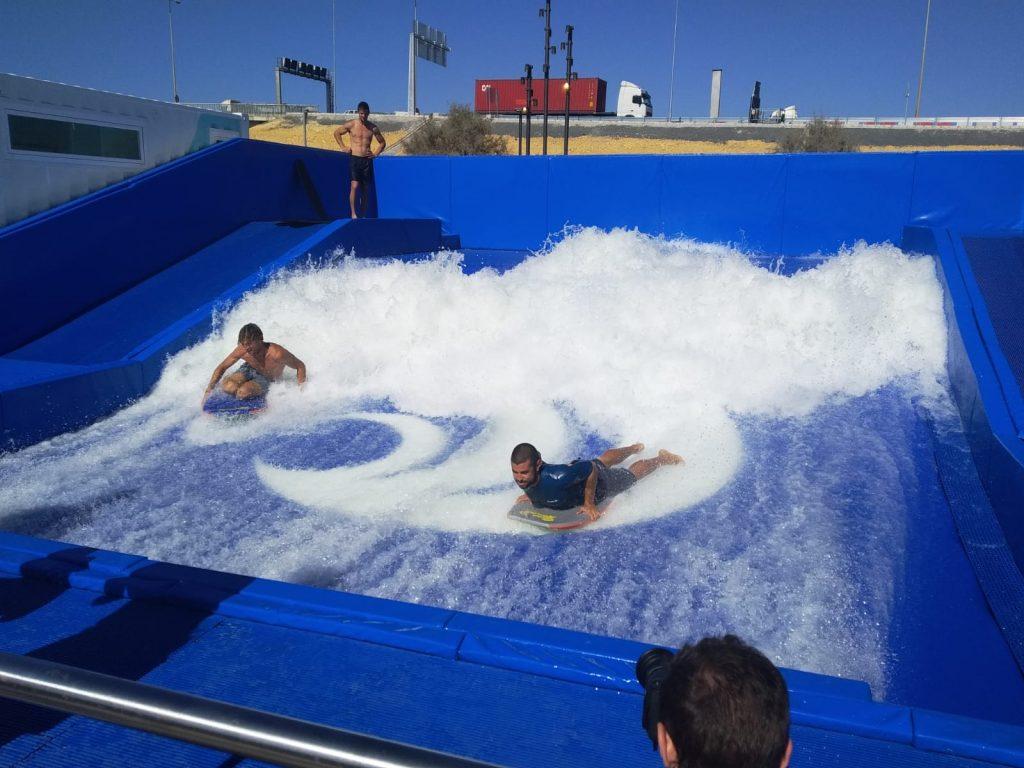 Practicando surf en Sevilla